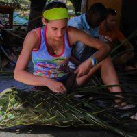 Puis on tresse des feuilles  de coco pour faire des paniers !