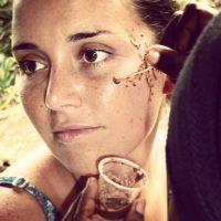 Et Morgane qui se fait mettre du henné !