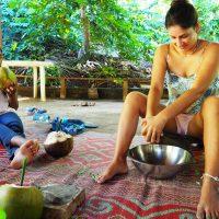 Elle râpe du coco pour fabriquer un gommage avec les plantes !